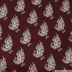 Satin polyester imprimé cellule cachemire rosé fond bordeaux