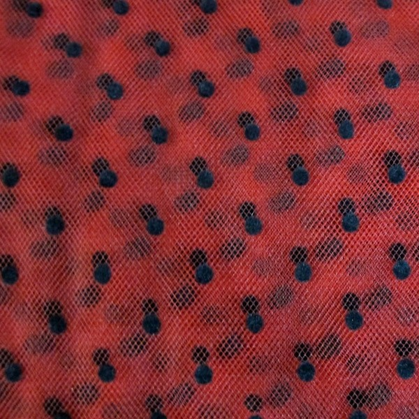 Tulle plumetis noir sur rouge au mètre