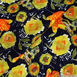 Satin de soie imprimé fleurs jaune sur fond marine