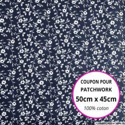 Coton imprimé fleurs blanches sur fond marine Coupon 50x45cm