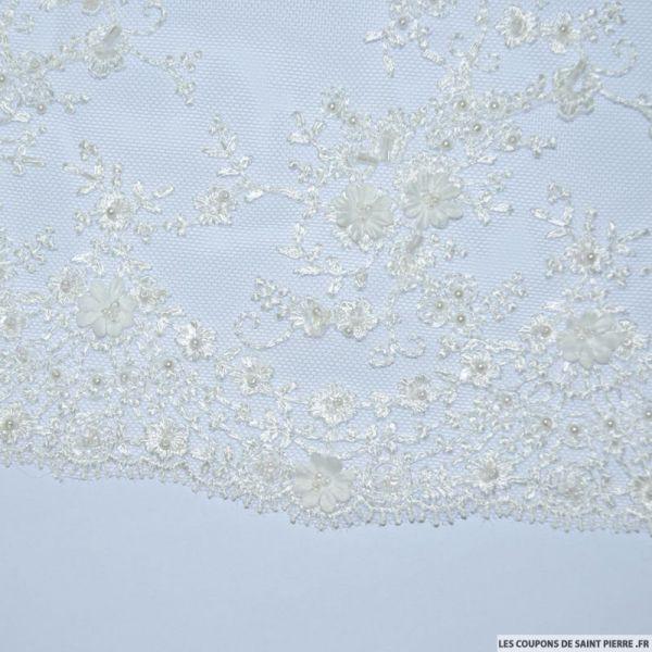 Tulle brodée perlée 2 fleurs blanc cassé au mètre