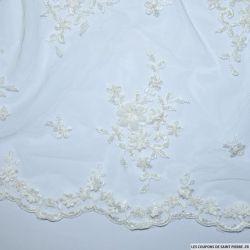 Tulle brodée perlée 3 fleurs blanc cassé au mètre