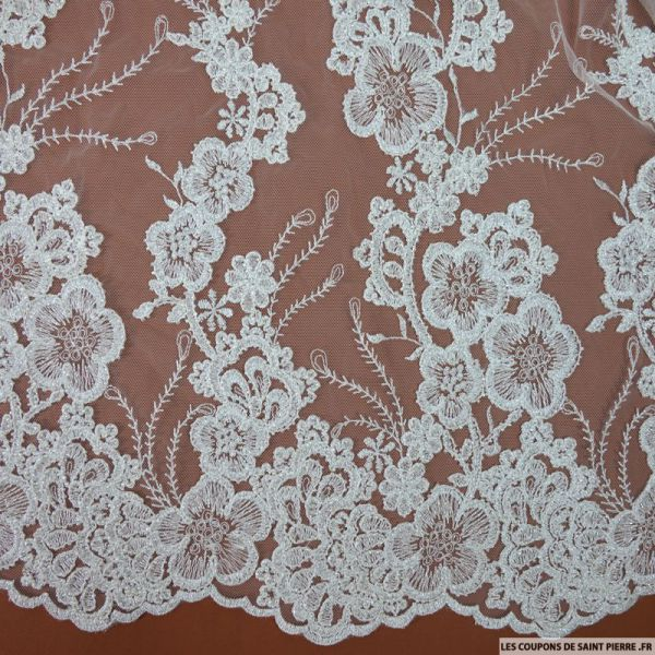 Tulle brodée perlée fleurs graphique argent et blanc cassé au mètre