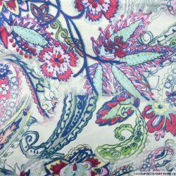 Satin polyester imprimé cachemire bleu et bordeaux fond blanc