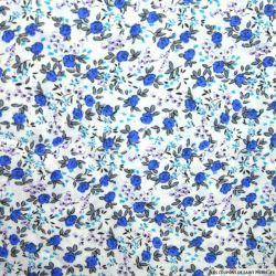 Coton imprimé fleurs bleu et violet sur fond blanc