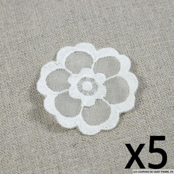 Fleurs brodées blanches à coudre par 5