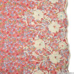 Polycoton imprimé fleurs fond rose brodé de fleurs et festonné