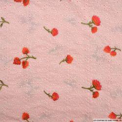Broderie anglaise brodée de fleurs rouge fond rose