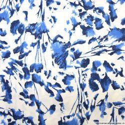Satin de coton élasthane imprimé abstrait bleu fond blanc