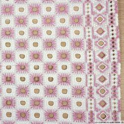 Broderie anglaise blanche carré rose irisé