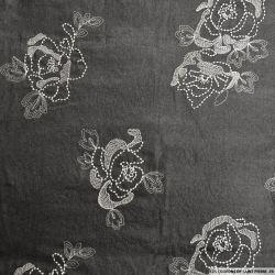Coton imprimé anthracite irisé et broderie fleurs blanc