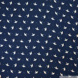 Satin polyester imprimé hirondelle fond bleu nuit