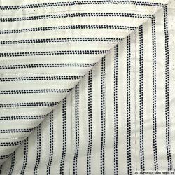 Viscose imprimée rayure en point bleu fond blanc avec des fils irisés argent