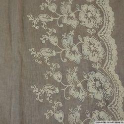 Voile de Coton brodé blanc cassé fond marron clair